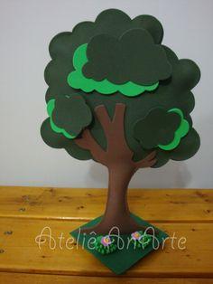 Árvore em EVA <br> <br>Ideal para deixar sua mesa ainda mais bonita e completa. <br> <br>Com enchimento e base em MDF <br> <br>Pode ser usado em diversos temas. <br> <br>Atenção ao prazo de produção. <br> <br>Cor verde pode variar.