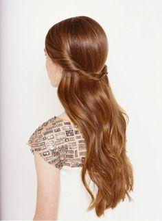 semirecogidos pelo rizado, cabello pelirrojo largo y lacio, mujer con semirecogido de mechones laterales torcidos unidos