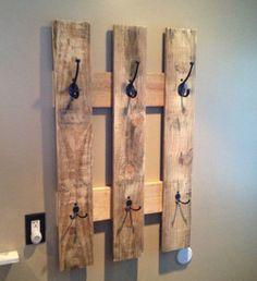 ¿Quieres dar un aire rústico a tu entrada de casa? Hazte tu mismo este perchero con la ayuda de un palet. http://www.originalhouse.info/c/originalidades/