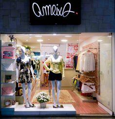 Logotipo Ameixa aplicado em fachada de loja.