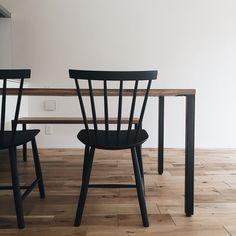 本当に必要なモノ達と暮らす〜余白のある空間づくりが快適さを生み出す家___omalさんのおうちを探索! | ムクリ[mukuri] Wishbone Chair, Kitchen Decor, Dining Chairs, Interior, Room, House, Furniture, Home Decor, Instagram