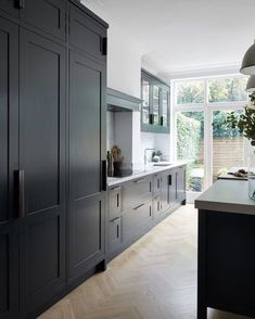 Modern Kitchen Interior Remodeling - Anyone planning a black kitchen design is walking a tightrope throughout the design process because even the smallest mistake can […] Dark Kitchen, Kitchen Remodel, Luxury Kitchens, Black Kitchens, Kitchen Inspirations, Home Decor Kitchen, Kitchen Interior, Interior Design Kitchen, Luxury Kitchen