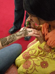 Agra-India, brides hide secret messages in the henna for their lovers to find-love that