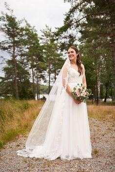 """Kari og Kristian tok et noe utradisjonelt valg ved å ha fotograferingen før vielsen. Dette er noe jeg virkelig vil anbefale hvis man har vielse litt sent på dagen og man klarer å få tid til det. Dette gjør at man kan nyte dagen med gjestene etter vielsen. I tillegg får man sjansen til å ta """"first look"""" bilder som jeg synes er så koselige å ha,  #bryllupsinspo #bryllupinspirasjon #bryllupfotograf Studios, Fine Art, Wedding Dresses, Fashion, Lantern, Creative, Bride Dresses, Moda, Bridal Gowns"""