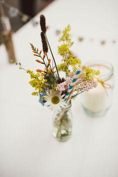 Canudinhos de papel nos arranjos de flores. Achei a coisa mais fofa!