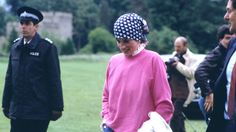 Ein seltenes Bild: Prinzessin Diana trug rosa Chucks – passend zu ihrem Pullover (klicken, um das ganze Foto zu sehen).