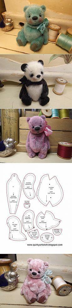 Osos de peluche en miniatura y otra muñeca SERIE juguetes en sus manos.