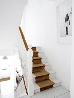 Escalera de madera pintada de forma tal que una sección imita a una alfombra. Parte de la casa del fotógrafo Paul Massey en Parsons Green, Londres. Fotos gentileza Paul Massey