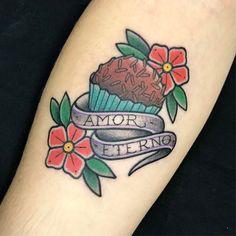 Tatuagem de brigadeiro feita por Ana Mendes no estilo old school. #tatuagem #tattoo #tradicional #oldschool #brigadeiro #doce