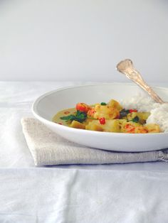 mesa corrida: Caril verde de robalo, camarão e batata doce . Sea bass, prawn and sweet potato green curry