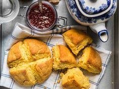 Härliga, gula glutenfria scones, perfekta att snabbt slänga ihop till helgfrukosten. Lyx! Scones, Fika, Fodmap, Cute Food, Bread Baking, Lchf, Gluten Free Recipes, Cornbread, Nom Nom