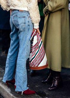 Avec son allure seventies et son volume généreux, ce sac Carven a tout bon ! Beige Outfit, Denim Fashion, Womens Fashion, Street Fashion, Latest Fashion, Mode Jeans, Minimal Outfit, Street Style Looks, Couture Fashion
