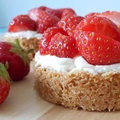 Aardbeien zandtaartjes met een lekkere roomvulling / Strawberry sandpies with cream filling - Het keukentje van Syts Baking Recipes, Cookie Recipes, Snack Recipes, Dessert Recipes, No Bake Desserts, Delicious Desserts, Yummy Food, Baking Cupcakes, Cupcake Cakes