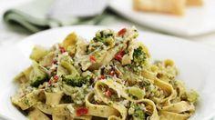 Nussige Nudeln mit leckerer Gemüseeinlage: Tagliatelle mit Brokkoli und Nüssen   http://eatsmarter.de/rezepte/tagliatelle-mit-brokkoli-und-nuessen