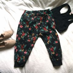 NWOT Canvas Floral Capri Joggers Trendy Capri jogger-style pants in a groovy floral pattern! These are a canvas material so they are fairly heavy weight, perfect when the days are sunny but still a little chilly--it's never too early to pre-buy for spring! They come to about mid calf on me, they're cropped/capris rather than full length pants. Excellent condition/NWOT, I wore to try on and haven't since. They need a good home!⭐️pants onjy⭐️ make an offer! WT02 Pants Track Pants & Joggers