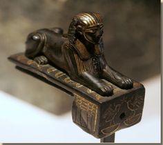 Bronzen beeldje in de vorm van een sfinx met de naam Mencheperra, Louvre Parijs. Mencheperra was de 3de vorst van de Thebaanse tak van de 21ste Thebaanse dynastie volgens de Koningslijst. Ondanks zijn lange regeerperiode zijn er nauwelijks voorstellingen van deze farao bekend. Een bronzen beeldje van Mencheperra als hogepriester-koning wordt bewaard in Rio de Janeiro. Een ander bronzen beeldje heeft de vorm van een sfinx. Lees het volledige artikel op http://www.kemet.nl/mencheperra/