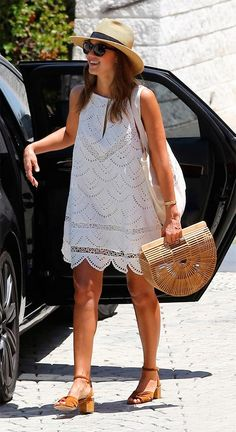 Gallery of photos showing Jessica Alba styles. Jessica Alba dress sense, clothes, accessories and hairstyles. White Sundress, White Dress Summer, Eyelet Dress, Lace Dress, Quoi Porter, Warm Weather Outfits, Summer Outfits, Summer Dresses, Spring Summer Fashion