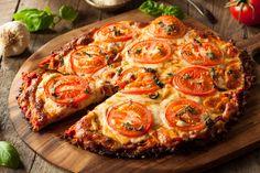 Lisztmentes pizza karfiolból sajttal és paradicsommal: a fogyni vágyók kedvence - Recept | Femina Spicy Cauliflower, Cauliflower Crust Pizza, Cauliflower Recipes, Pizza Recipes, Low Carb Recipes, Vegan Recipes, Vegan Menu, Spicy Pizza, Pizza Food
