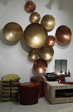 dekoideen wohnzimmer mit runden metallschalen