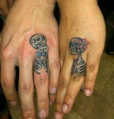 Sometimes the ring finger tattoos are also termed as wedding ring tattoos and is a contemporary fashion trend. These tattoo wedding rings and tattoo wedding bands signify togetherness in a unique way. Mini Tattoos, Love Tattoos, Awesome Tattoos, Skeleton Tattoos, Tattoos Skull, Tiny Tatoo, Tattoo Ringe, Tattoos Infinity, Tatto Design