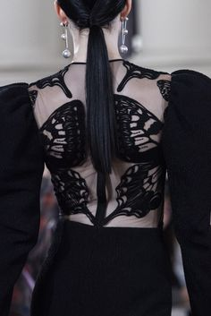 David Koma Fall 2019 Fashion Show Details. Designer ready-to-wear looks from Fall 2019 runway shows from London Fashion Week Older Women Fashion, Black Women Fashion, Curvy Fashion, Urban Fashion, Boho Fashion, High Fashion, Fashion Show, Fall Fashion, Fashion Clothes
