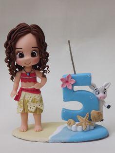 Topo feito em biscuit compõem vela e a Moana 15 cm. idal para por no bolo Contatos: 22 99999-5990 Facebook: Nilla Vidal Biscuit da Nila