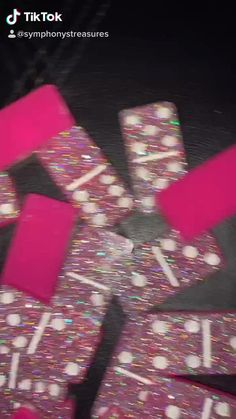 Diy Resin Art, Diy Resin Crafts, Diy Resin Hair Clips, Bling Bottles, Diy Crafts For Teens, Acrylic Pouring Art, Resin Tutorial, Glitter Cups, Dollar Tree Crafts