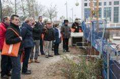 Op het bouwterrein in noord licht bouwbedrijf Jongen de werkzaamheden toe (23 november 2013)
