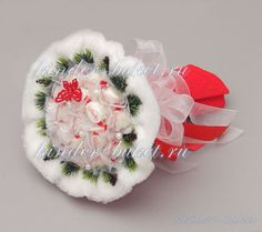 (3) Gallery.ru / Фото #9 - Сладкие букеты 2015 - kinder-buket Candy Crafts, Chocolate Bouquet, Gifts Under 10, Crafts For Girls, Crepe Paper, Special Gifts, Christmas Wreaths, Sweet Treats, Creations