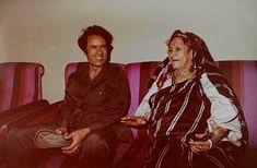 المشهور عنها أن اسمها ( عائشة) و أنها أنجبت وليدها الوحيد « معمر » ثم اختفت من التاريخ، و بقي ذكرها كأم للرجل الذي سيكون سيدا لليبيا و حاكما منفردا لها طوال أربعة عقود من الزمان