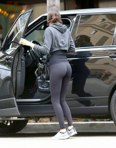 Kendall Jenner wearing Hot Yoga Pants in Beverly Hills Yoga Pants Girls, Yoga Pants Outfit, Girls Jeans, Yoga Leggings, Workout Leggings, Girls In Leggings, Famous Girls, Hot Yoga, Sport Girl