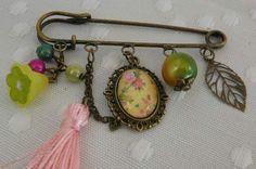 Broche - Broche épingle - Broche avec cabochon, perles, breloques et pompon - Motif Fleurs Japonaises et petits papillons : Broche par atelier-creation-bijoux