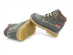 Grijs veterschoentje uit de Babycrêpe collectie voor jongens. De schoentjes zijn volledig van leer en voorzien van een uitneembaar voetbed.
