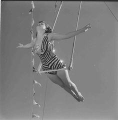 circus photos: Those wonderful girls on the flying trapeze. aren't these women wonderful? They were taken by photographer Loomis Dean for LIFE Magazine in March Old Circus, Circus Acts, Night Circus, Clowns, Cirque Vintage, Vintage Circus Photos, Aerial Costume, Human Oddities, Aerial Dance