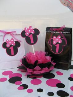 polka dot birthday food party cupcake topper gift bag favor treat birthday minnie mouse black pink bow girly clubhouse mickey party toddler kid baby disney Love This! Minnie Mouse Favors, Minnie Mouse Cupcake Toppers, Mickey E Minnie Mouse, Minnie Baby, Mickey Mouse Parties, Mickey Party, Baby Disney, Polka Dot Birthday, Minnie Birthday