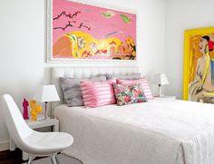 Objets Fornasetti, couleurs vives, pièces design sur fond blanc...une maison lumineuse sur la côte portugaise.