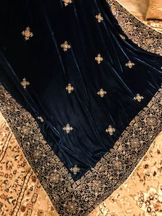 Dark Aqua Blue shawl with tila outline, Banarsi border and stones on top Velvet Saree, Velvet Shawl, Embroidery Suits Punjabi, Embroidery Saree, Saree Designs Party Wear, Pakistani Fashion Casual, Kurti Neck Designs, Tussar Silk Saree, Bridal Outfits