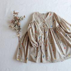 娘ワンピースつくりました❤️😃 #小さな子どもの手づくり服 のずっと気になってた生地をやっと購入しまして😍 #こころに寄り添う子ども服 のシャツ?のパターンに、袖とスカートつけてみました😳💕 真冬は下にタートルネック着せてもかわいいかなぁとか思ってます❤️ #ハンドメイド #ハンドメイド服 #ハンドメイド子供服 #ハンドメイドこども服 #女の子ママ #女の子ベビー #2歳4ヶ月 #2歳 #ハンドメイドすきさんと繋がりたい #こどものいる暮らし Baby Girl Fashion, Toddler Fashion, Kids Fashion, Little Girl Dresses, Baby Sewing, My Baby Girl, Kind Mode, Kids Wear, Baby Dress