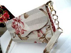 Bolsa Floral  Parte externa: Tecido Jacquard 100% algoodão floral  Parte interna: tecido rosa claro 100%algoodão  Alça: Tecido e corrente dourada de ótima qualidade, não descasca.  Possui 1 fecho magnético  produto feito artesanalmente
