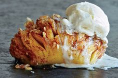 Mangler du inspiration til en lækker æble-dessert? Så tjek denne video på sprøde og lækre hasselback-æbler.