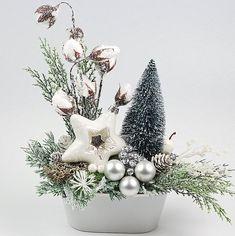 STROIK ŚWIĄTECZNY Z CHOINKĄ30 cm Christmas Flower Decorations, Christmas Flower Arrangements, Christmas Flowers, Christmas Wood, Christmas Centerpieces, Christmas Holidays, Christmas Wreaths, Christmas Crafts, Christmas Ornaments