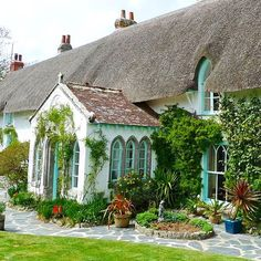 This lovely cottage is currently up for sale in Cornwall via humberts.com. Tempted? #cottage #realestate #cornwall