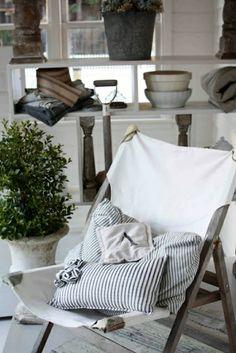 une chaise pliante en bois, chaise de style marin, inspiration pour aménager votre maison de style marin