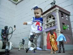 OMG this is adorable!!!! 'Ghostbusters' re-enactment :)