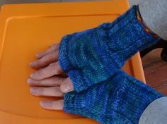 Two Hour Fingerless Gloves - these make me want to knit. (allfreeknitting.com) #knitting #freepattern