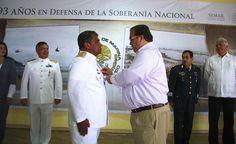 Durante la ceremonia conmemorativa del Día de la Armada de México, el gobernador Javier Duarte de Ochoa entregó la Condecoración de Perseverancia al Almirante Pedro García Valerio, por 45 años de servicio ininterrumpidos en la Armada de México.