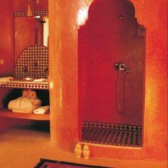 De l'orange oriental dans une salle de bains - Marie Claire Maison