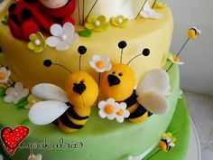 Fondant Bee, Fondant Butterfly, Fondant Toppers, Fondant Cakes, Cupcake Cakes, Mini Cakes, Cake Decorating Techniques, Cake Decorating Tips, Bee Cakes