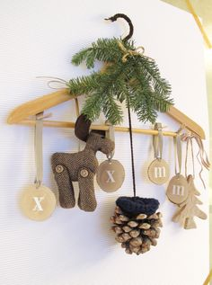 ♥ a cute decoration for the nursery. Christmas Things To Do, Christmas Mood, Felt Christmas, Christmas Wreaths, Christmas Ornaments, Holiday Crafts, Holiday Decor, Theme Noel, Wooden Hangers