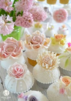 Pastel and flowers cupcakes